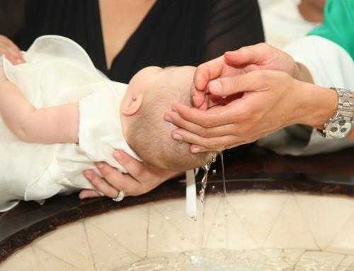 Como vestir a un neno e unha nena para asistir a un bautizo cun look casual